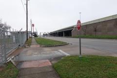0015 - Einer der ganz wenigen Gehwege in der Stadt