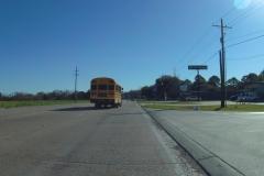 0114 - Ein typischer Schulbus überholt mich