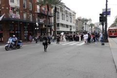 0197 - Aus dem Nichts eine Parade über die Straße, gleich mit Polizeieskorte