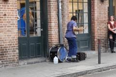 0213 - ein erster Straßenmusikant, gleich mit Fan