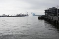 0257 - Blick zur Hafeneinfahrt mit riesigen Kran- und Dockanlagen