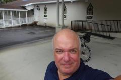 0370 - Pause unter dem schützenden Dach einer Kirche