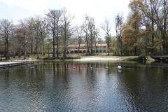 0394 - Die Lodge vom Wasser aus