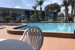0443 - Hinten raus der Pool, mit dem unvermeidlichen Mc Donald im Hintergrund