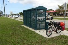 0473 - In Ermangelung von Sitzmöglichkeiten muss öfter mal eine Bushaltestelle herhalten