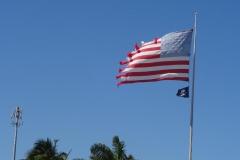 0555 - Die US-Flagge in etwas desolatem Zustand, ganz im Gegensatz zur Piratenflagge