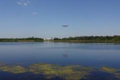 0624 - Darüber ein Flugzeug am anderen im Landeanflug auf den Flughafen