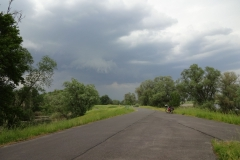 Hier habe ich das Gewitter vorüberziehen lassen. Noch steht das Rad, ein paar Minuten später wurde es einfach umgeweht, so stark hat der Wind geblasen