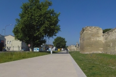 339 - Ein kurzes Stück an der Stadtmauer entlang ging es noch abseits der Straße
