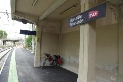 405 - Warten auf dem Bahnsteig auf den Zug