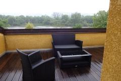 103 - Schöne Dachterasse mit schönem Blick auf die Doubs - aber es regnet in Strömen