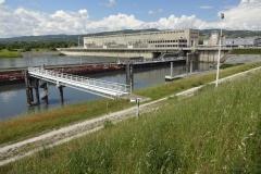279 - Das nächste Wasserkraftwerk, aber hier gilt das Augenmerk dem ellenlangen Schiff im Vordergrund bei der Einfahrt in die Schleuse