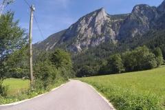 Aber auch geteerte Wege gab's genug - und hier auch noch tolles Bergpanorama
