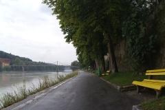 Ausfahrt aus Passau, regennass, am Inn entlang