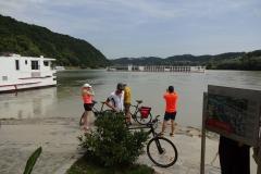 Das ist der Zusammenfluss von Donau und Inn - der kommt von rechts