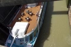 Donau-Kreuzfahrtschiff kommt raus - nach unten sind es über 10 Meter