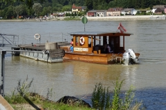 Typische Radler-Fähre zum Queren der Donau