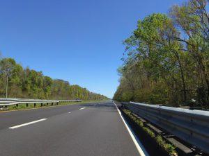 Schnurgerader Highway, strahlend blauer Himmel, so geht es zur Zeit dahin